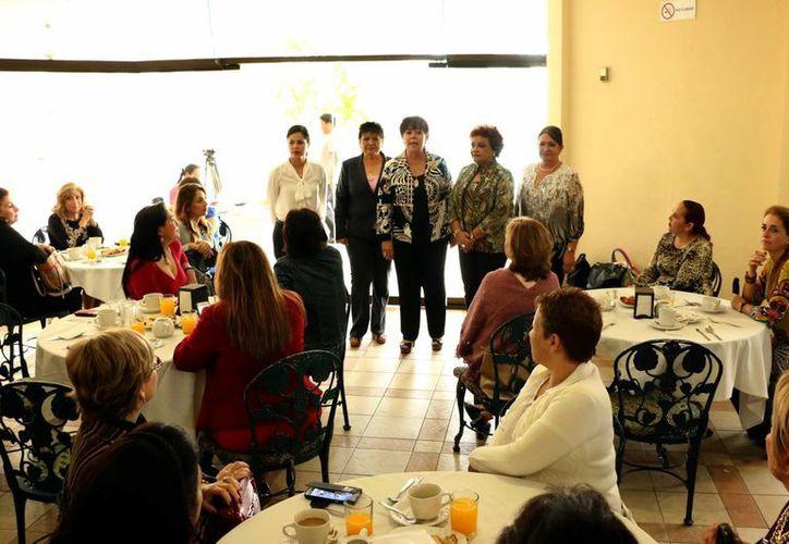 La dirigente de la Asociación de Mujeres Empresarias de Yucatán, Lucero Cabrales García Conde, durante la reunión anual con las socias de AMME. (José Acosta/SIPSE)