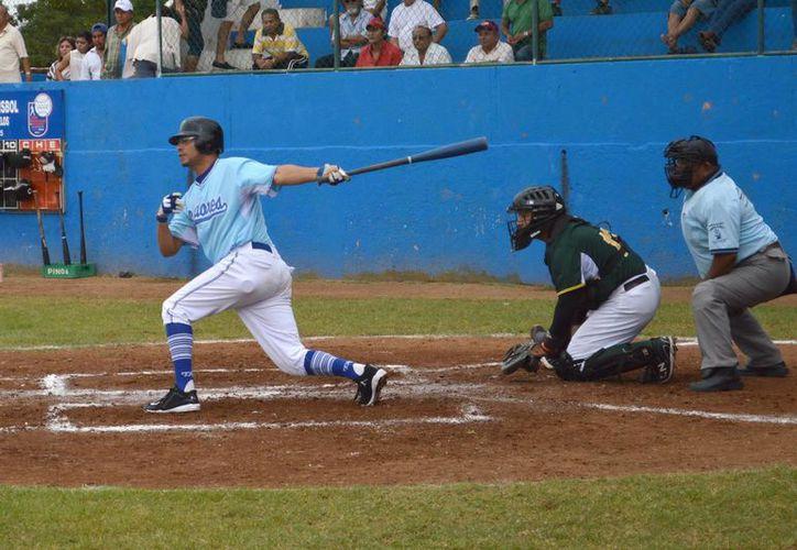Alan Arredondo, de Senadores, al conectar un imparable ante Zorros. El Juego de Estrellas que reúne a los mejores beisbolistas de la Liga Meridana será realizado este sábado. (Milenio Novedades)