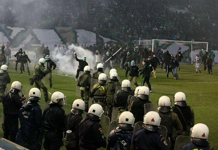 La violencia que se generó en el partido entre Panathinaikos y Olympiacos fue la 'gota que derramó el vaso': el Gobierno decidió cancelar, por tiempo indefinido, todos los partidos de la Liga. (Archivo/AP)