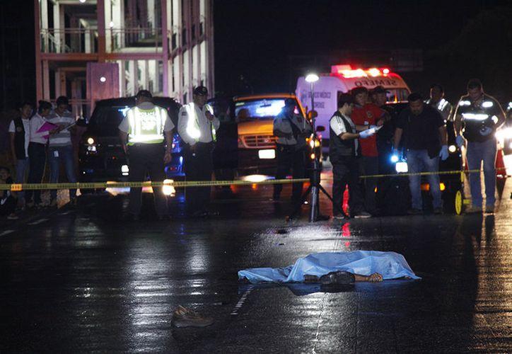 Al fondo de la trágica escena se puede observar que se encontraba cerca un puente peatonal. (Martin González/Milenio Novedades)