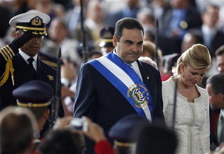 Imagen de archivo del 1 de junio de 2009, donde se ve a Tony Saca en su último día como presidente de El Salvador. Saca fue arrestado este domingo acusado de peculado y otros delitos. (AP Foto/Dario Lopez-Mills, File)