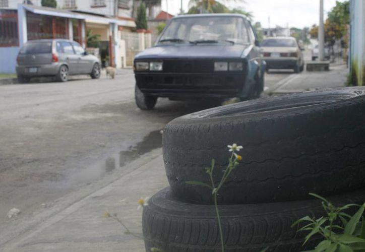 La población debe sacar a la calle los objetos como llantas, inodoros, entre otros cacharros. (Luis Soto/SIPSE)