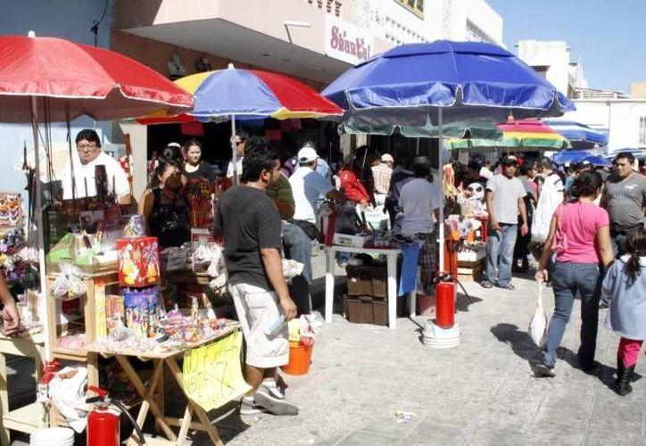 La venta de bombitas desató una reyerta entre comerciantes ambulantes y establecidos en el Centro de Mérida. (SIPSE)