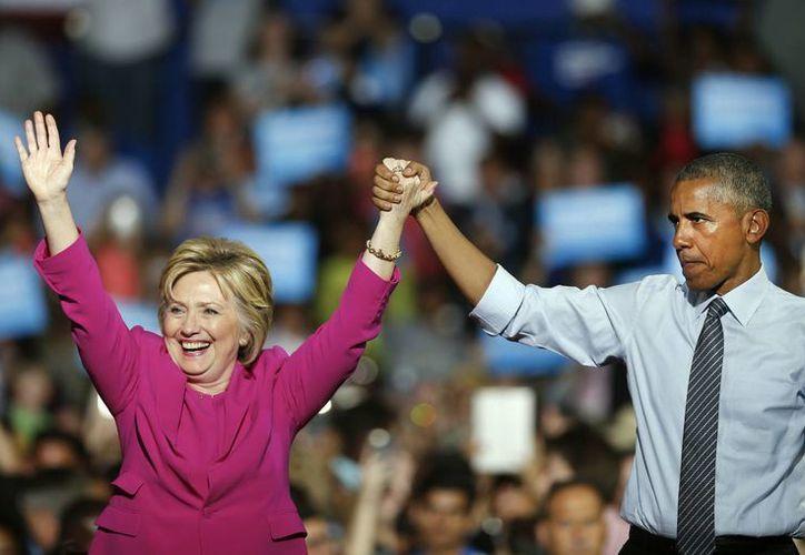 Obama acompañó a Hillary Clinton en un acto de campaña en Carolina del Norte: 'creo en ella', asegura. (AP)