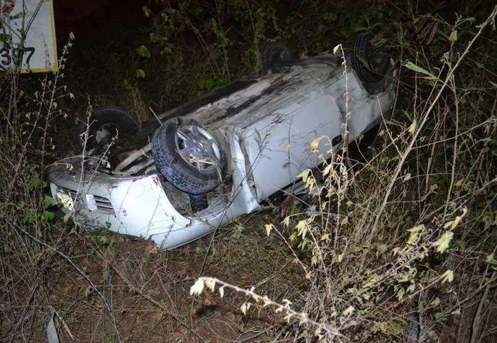 Los dos ocupantes del vehículo volcado salieron ilesos del aparatoso percance. (Redacción/SIPSE)