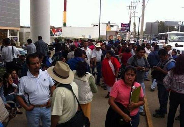 Unos 250 docentes se apoderaron de plazas comerciales, establecimientos y tiendas departamentales en Oaxaca como parte de sus protestas en contra de la Reforma Educativa. (Milenio)