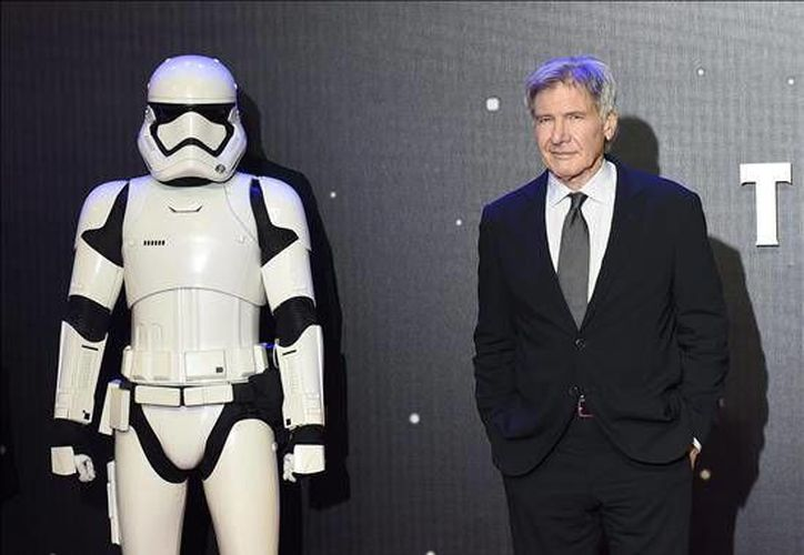 El actor estadounidense Harrison Ford (derecha) recibió casi 25 millones de dólares más regalías por volver a personificar a mítico <i>Han Solo</i> en la nueva película de la saga, <i>Star Wars: El Despertar de la Fuerza</i> (EFE)