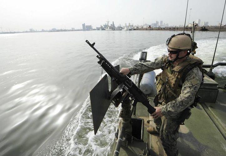 Marín de la fuerza naval de EU, en las maniobras militares conjuntas en el Golfo Pérsico, en la costa Bareiní, cerca de Manama. (EFE)