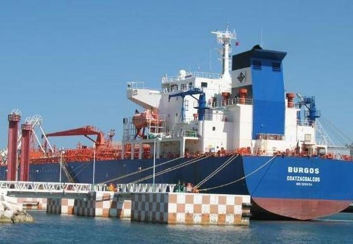 El buque tanque Burgos de Pemex descarga combustible en el puerto de altura de Progreso. (SIPSE)
