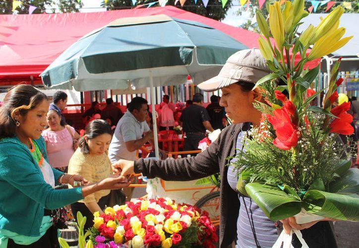 Los fieles compraron ramos de flores, llegaron con sus imágenes para ser bendecidas por los sacerdotes. (Foto: Verónica Fajardo/SIPSE)