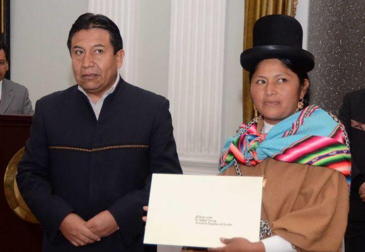 El canciller boliviano, David Choquehuanca, tomó juramento a Rusena Maribel Santamaría Mamani. (EFE)