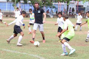 Juan Mata ofreció clínicas de fútbol en Cancún