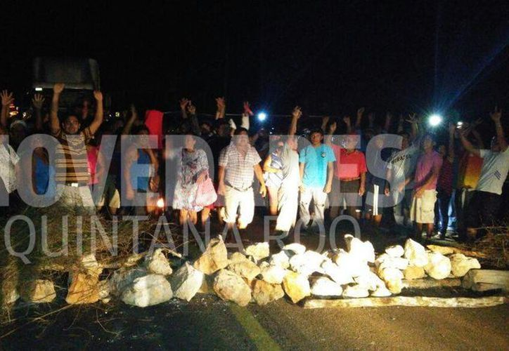 Campesinos de José María Morelos bloqueron la carretera entre Chetumal y Mérida esta noche. (Tony Blanco/SIPSE)