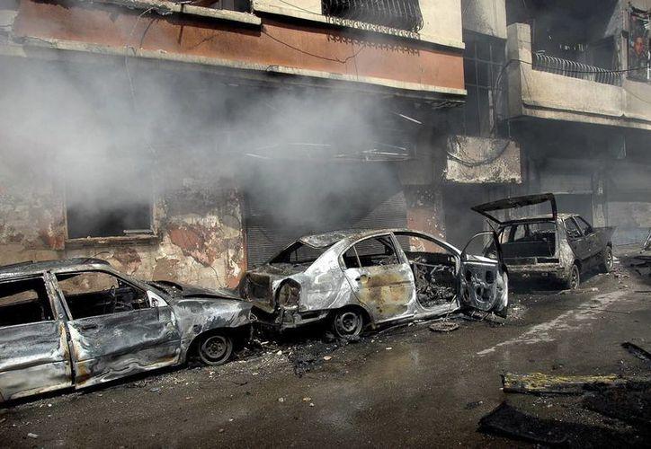 Autos destrozados tras la explosión de un coche bomba en Homs, Siria. (EFE)