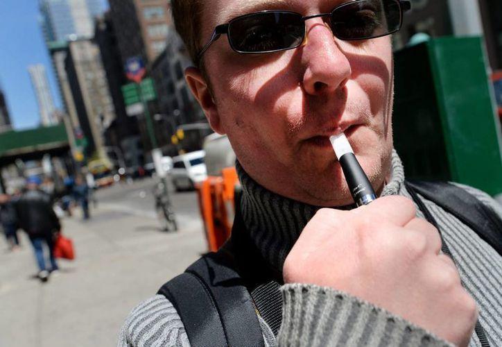 Un hombre fuma un cigarro electrónico, aparato que ha provocado decenas de incendios en Reino Unido. (Archivo/EFE)
