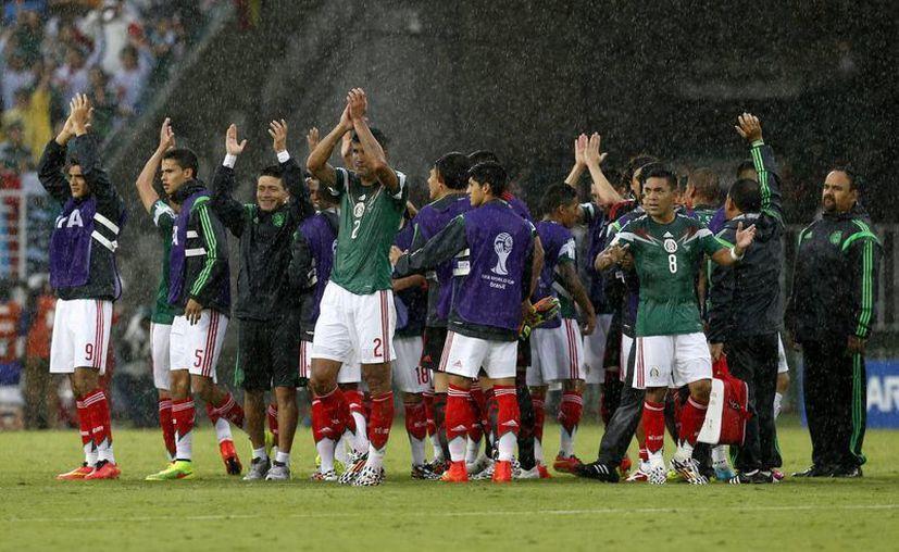 La Selección Mexicana celebra tras su primera victoria en el Mundial de Brasil, ante Camerún. (Foto: AP)