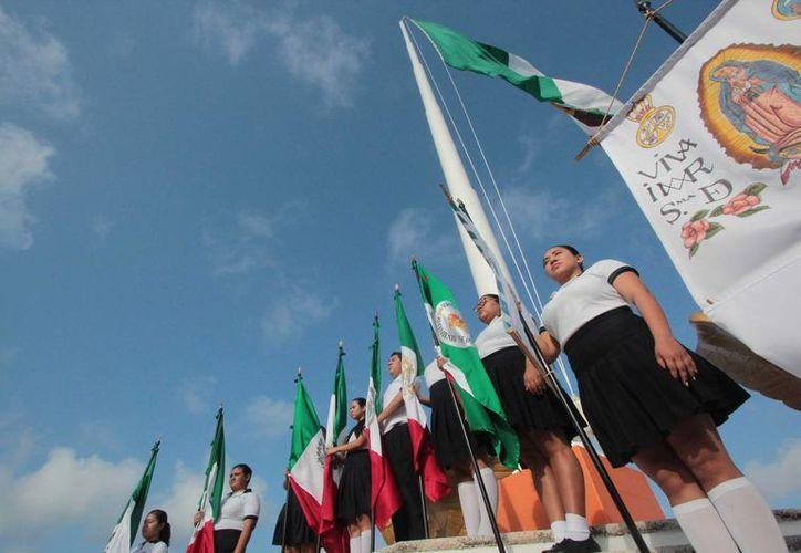 El miércoles se realizó una ceremonia para abanderar a escoltas de tres escuelas de Cozumel. (Gustavo Villegas/SIPSE)