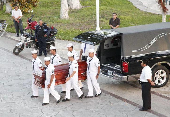 Marinos bajaron el féretro del carro fúnebre. (Cortesía/SIPSE)