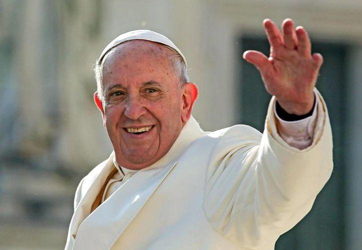 El papa Francisco se despide de los feligreses tras su audiencia general en la plaza de San Pedro del Vaticano. (EFE)