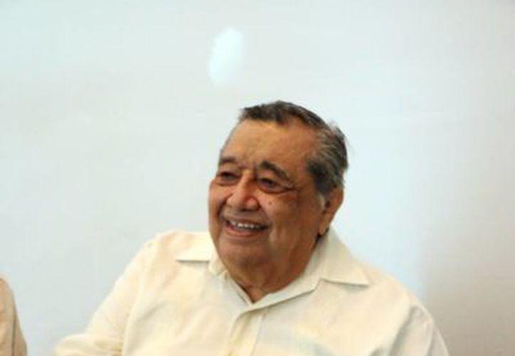 José Hercila durante la presentación del libro 'Cuzamá 2: Mi casa y familia'. (SIPSE)