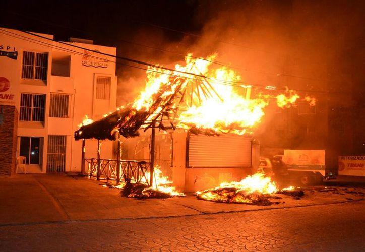 El pasado lunes se incendió un negocio en el centro de la ciudad. (Eric Galindo/SIPSE)