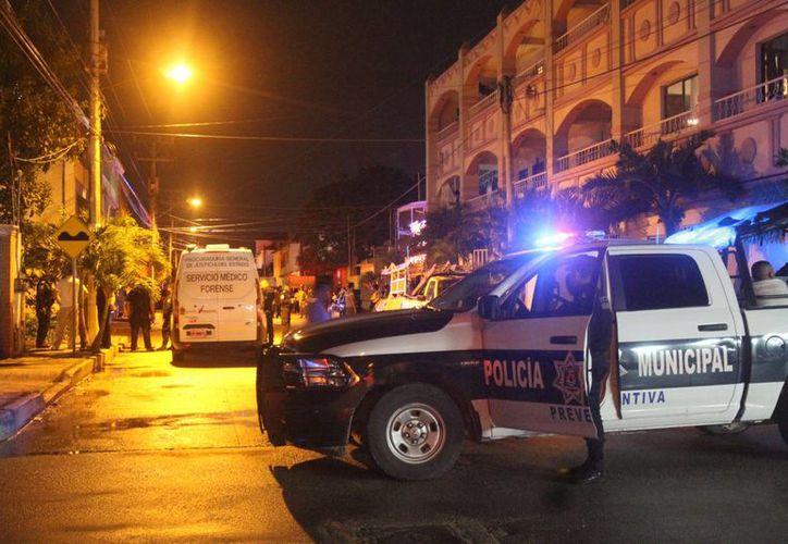Al domicilio de la occisa, en la Región 95, llegaron elementos policíacos y el Servicio Médico Forense. (Josué Massa/SIPSE)