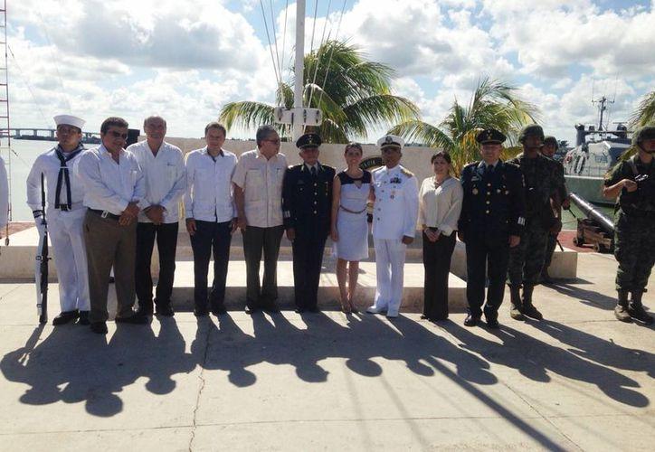Empresarios, autoridades navales y militares asistieron a la ceremonia en honor al personal naval caído en acción. (Gerardo Keb/SIPSE)