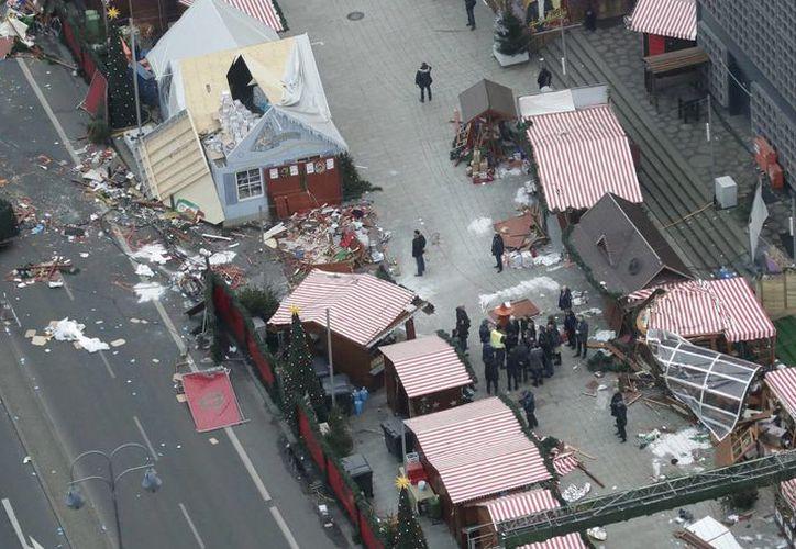 Un rastro de devastación quedó en el suelo en Berlín, Alemania, el martes 20 de diciembre de 2016 después de que un camión embistiera contra un mercado navideño abarrotado y matara a varias personas. (AP Foto/Markus Schreiber)