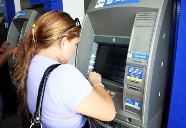 Los cajeros automáticos de BBVA Bancomer son los que más cobran. La consulta de saldo de otra institución cuesta 12.76 y el retiro 34.22 pesos. (Archivo/SIPSE)