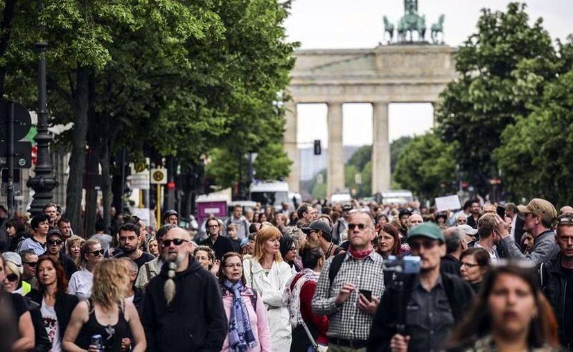 Personas protestan el sábado en Berlín por las restricciones para evitar contagios de Covid-19. (Foto: Cortesía Efe).