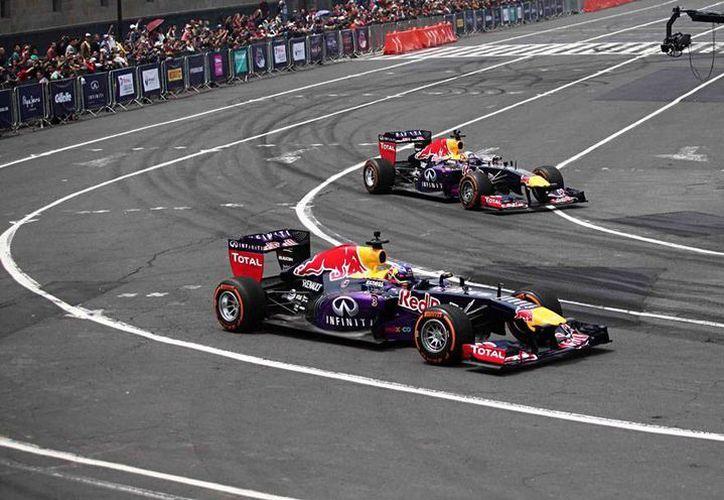 Los autos de F1 hicieron 'temblar el Zócalo del Distrito Federal, en el Run Show del Gran Premio de México. (Notimex)