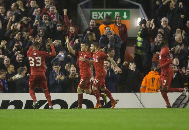 """Los """"Reds"""" de Liverpool vencieron en Anfield, 2-1 al Bordeaux con goles de James Milner (38') y del belga Christian Benteke (45'), mientras por los franceses marcó el senegalés Henri Saivet (33'). (AP)"""