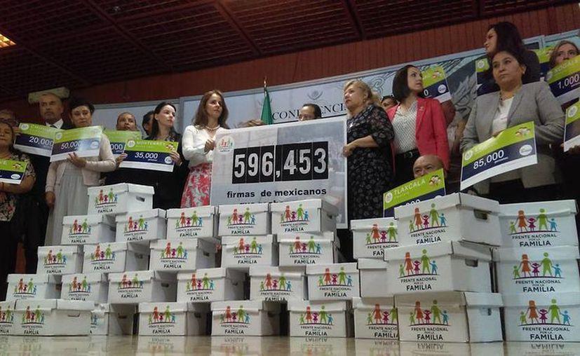 El Frente Nacional por la Familia entregó cajas llenas de firmas que rechazan la iniciativa presidencial sobre los matrimonios igualitarios. (Facebook/Frente Nacional x la Familia)