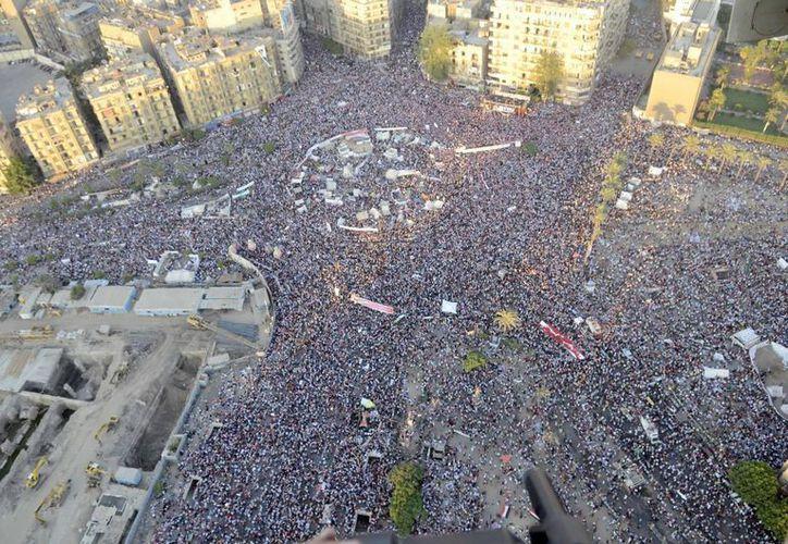 Detractores del derrocado presidente Mohamed Morsi, en la plaza Tahrir de El Cairo. (EFE)