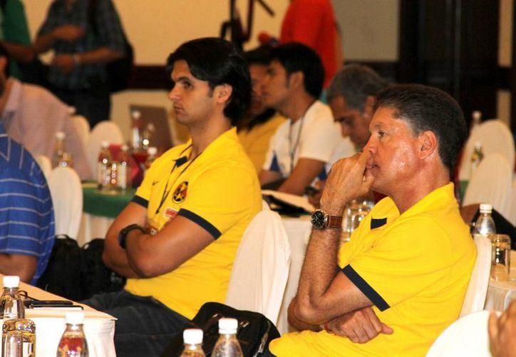 Ricardo Peláez, presidente deportivo del América, acudió al Régimen de Transferencias del futbol mexicano en Cancún. (Notimex)