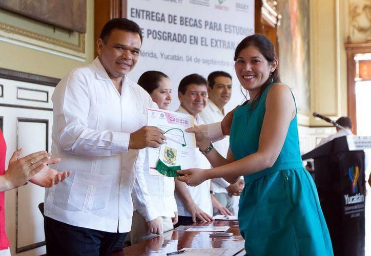 El jefe del Ejecutivo estatal durante la entrega de becas a jóvenes yucatecos en el Palacio de Gobierno. (Milenio Novedades)