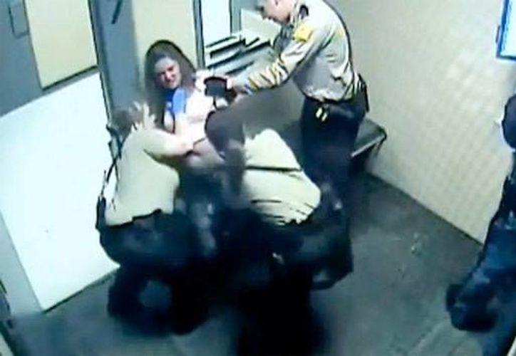 La defensa de la mujer dijo que al parecer los maltratos son procedimientos rutinarios en la prisión. (Captura de pantalla/YouTube)