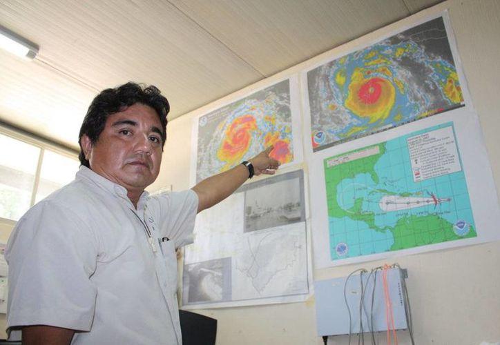 Este año solo la depresión tropical número 9 afectó la zona de Champotón y Sabancuy con importantes precipitaciones que se extendieron al resto de la Península de Yucatán. En la imagen, el meteorólogo Juan Vázquez Montalvo. (SIPSE)