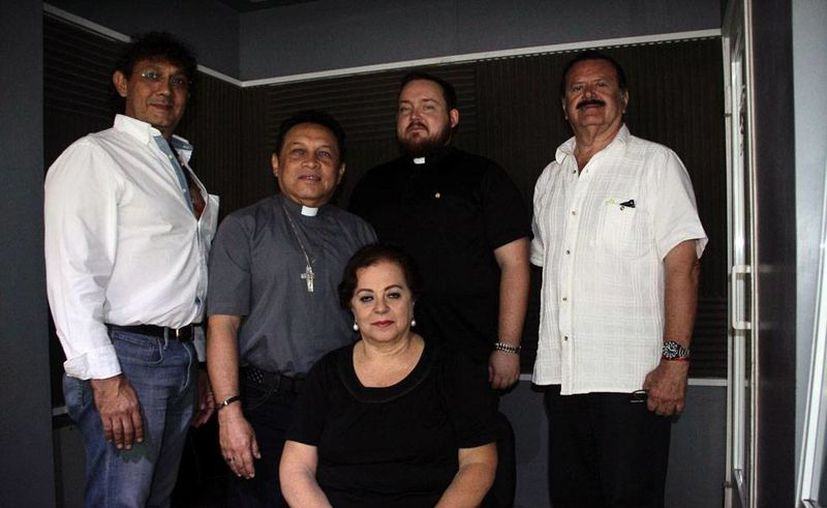 Invitados y conductores del programa de radio de la estación 'La Nueva Amor' 100.1 'Salvemos una vida'. (César González/SIPSE)