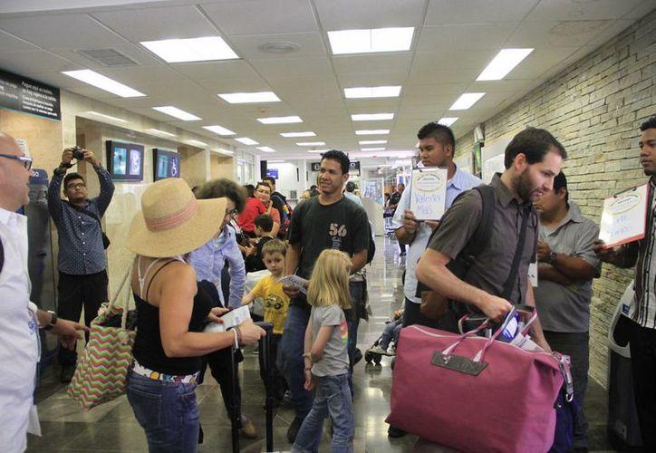 Los pasajeros del vuelo esperaron más de 40 minutos antes de abordar al avión. (Harold Alcocer/SIPSE)