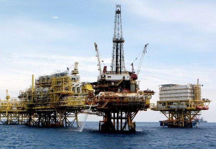 Las zonas de extracción petrolera están atravesando una situación distinta a la del resto del país. Imagen de la plataforma de enlace del activo Ku Maloob Zaap en la sonda de Campeche. (@Pemex)