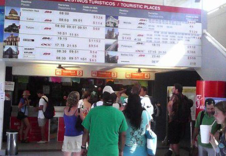 Desde ayer se comenzaron a pegar carteles alusivos con los horarios de las corridas que se harán Xcaret. (Irelis Leal/SIPSE)