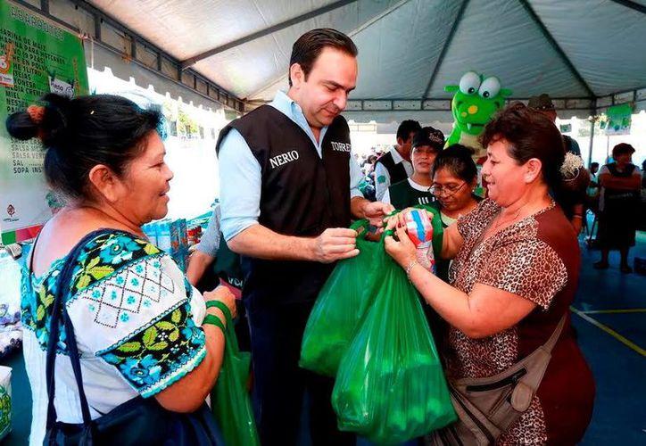 El titular de Sedesol estatal, Nerio Torres Arcila, colaboró en la jornada del programa 'Recicla tu bienestar'. (Milenio Novedades)