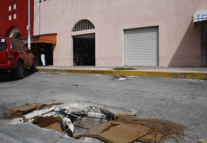 Las calles aledañas al mercado se han deteriorado demasiado. (Octavio Martínez/SIPSE)