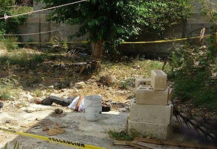 Una mujer se llevó un gran susto cuando al ir al patio de su casa se encontró a un hombre tirado en el suelo... y muerto. (Aldo Pallota/SIPSE)