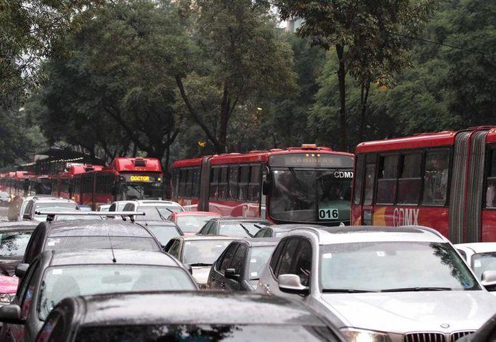 Compartir vehículo y utilizar el transporte público son algunas de las recomendaciones de los expertos para intentar mitigar la galopante contaminación en la zona metrolitana del Valle de México. (Archivo/Notimex)