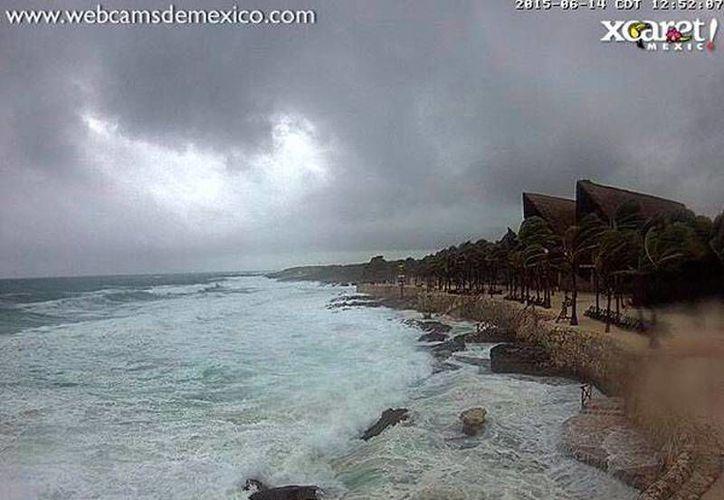 Un avión cazahuracanes investigará el sistema de tormenta que se encuentra sobre la Península de Yucatán, cuyo probabilidad de convertirse en ciclón es ya del 70 por ciento. La imagen es de Xcaret, Quintana Roo, el estado de la Península más afectado por las lluvias de este sistema. (Twitter: @conagua_clima)