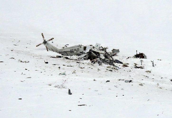 Problemas de visibilidad demoraron el arribo de los equipos de rescate y cuando llegaron a la escena encontraron un helicóptero destrozado en la nieve. (AP/Gregorio Borgia)