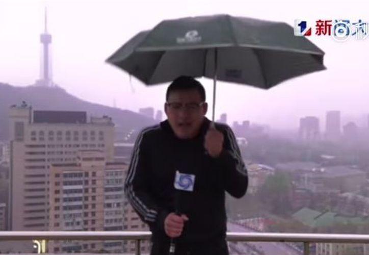 El reportero Lu Xiaodong y su camarógrafo grababan un informe sobre el clima cuando fueron impactados. (Foto: Internet)