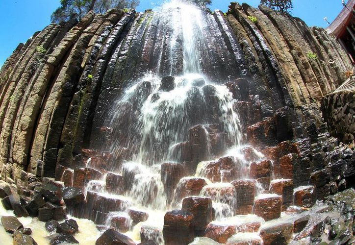 Los Prismas basálticos decoran las paredes de la impresionante barranca de Santa María Regla que, al mismo tiempo, son bañadas por el agua de cuatro cascadas que alimenta la presa de San Antonio Regla. (Notimex)